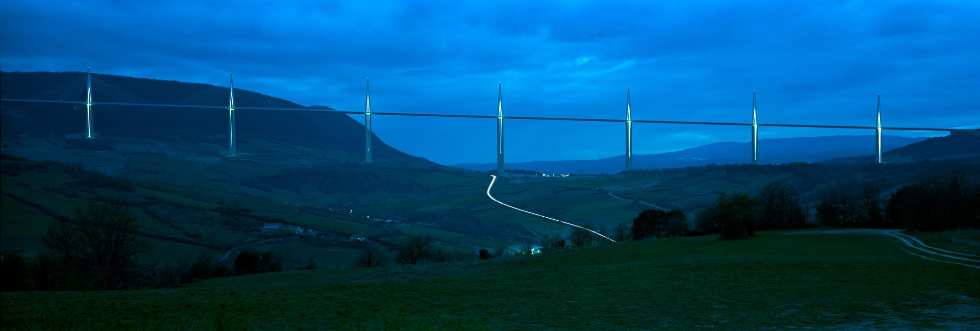 Das Viaduc de Millau ist die längste Schrägseilbrücke der Welt und das höchste Bauwerk Frankreichs. Eigentlich als Auftragsarbeit entstand diese wunderbare Architekturaufnahme einer Brücke von Markus Bollen.
