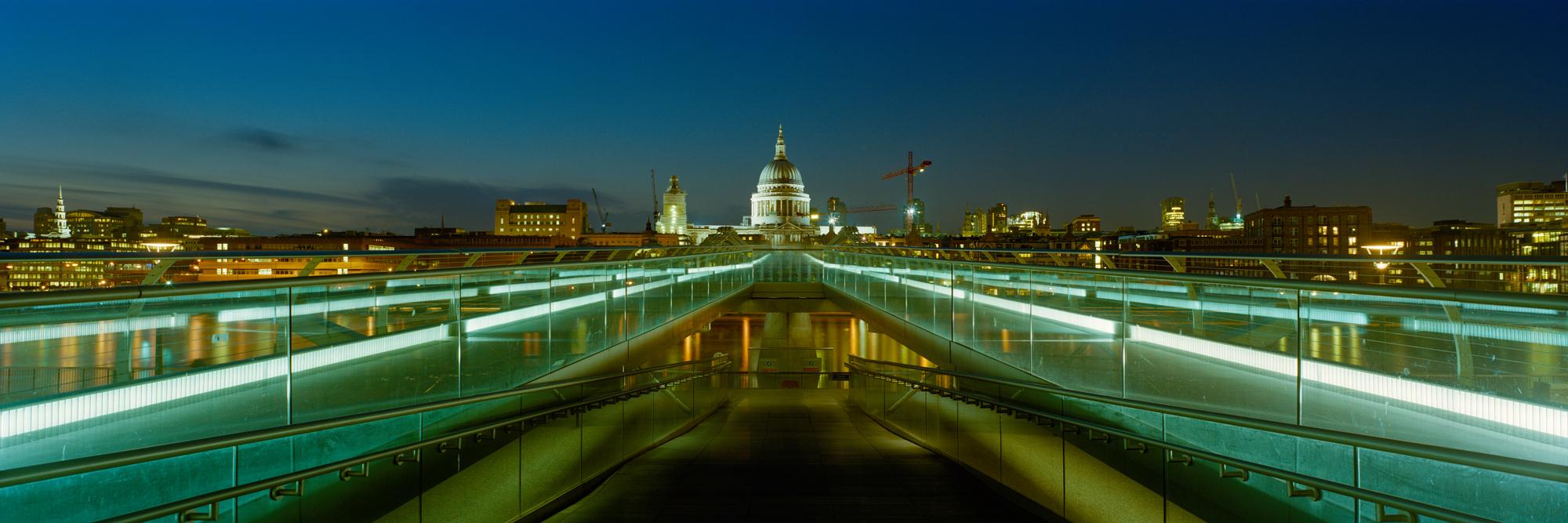 Die Millennium Bridge in London wurde im Jahr 2000 eröffnet und kurz darauf vom Künstler Markus Bollen mit seiner Panoramakamera fotografiert.
