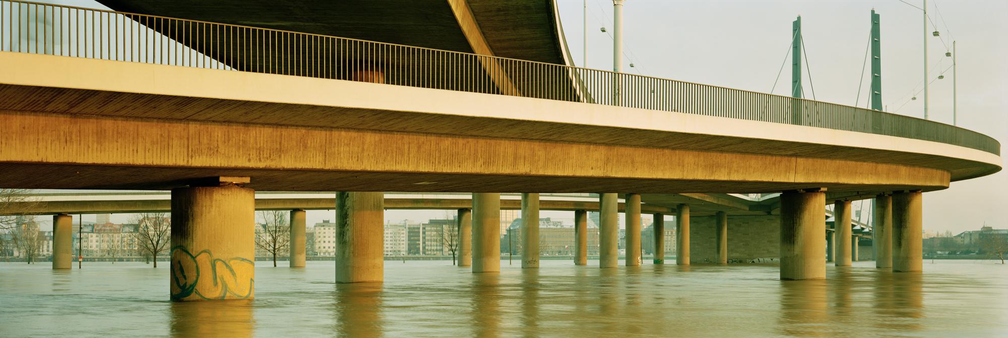 Der Bensberger Künstler Markus Bollen hat das extreme Rheinhochwasser genutzt, um diese Panoramaaufnahme mit seiner Großformatkamera zu machen.