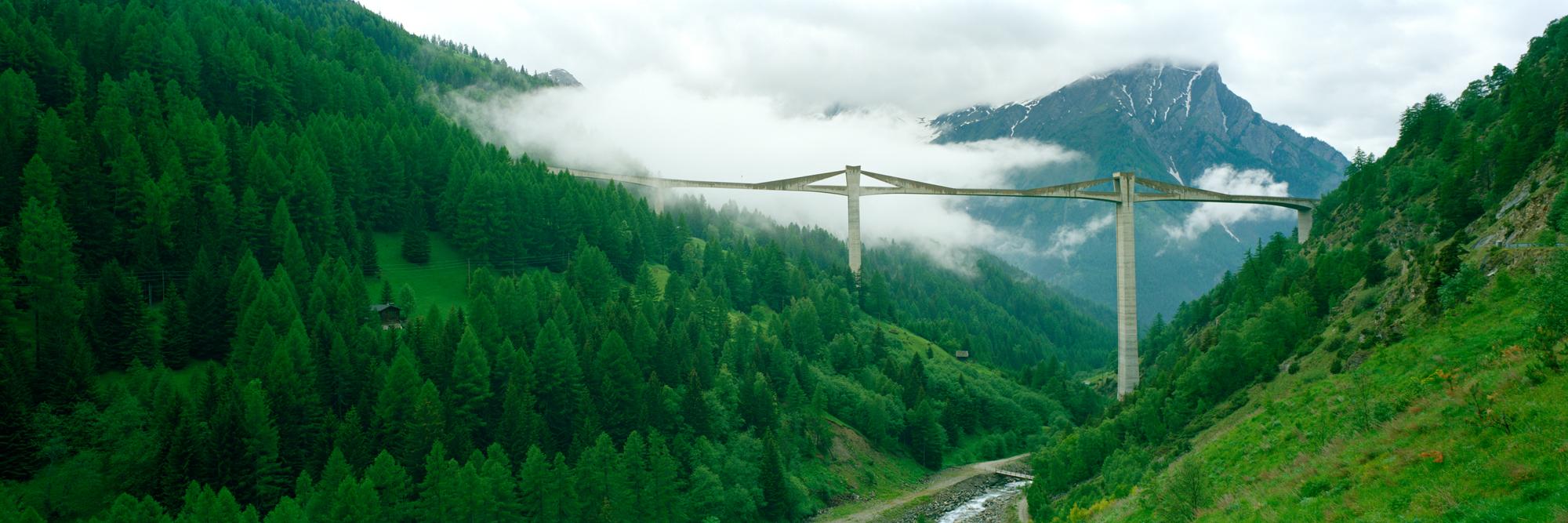 Der deutsche Fotograf Markus Bollen hat für seine Serie zum Thema Brücken die Ganterbrücke, welche über das Gantertal führt und Teil der Nationalstraße Nummer 9 ist, fotografiert.