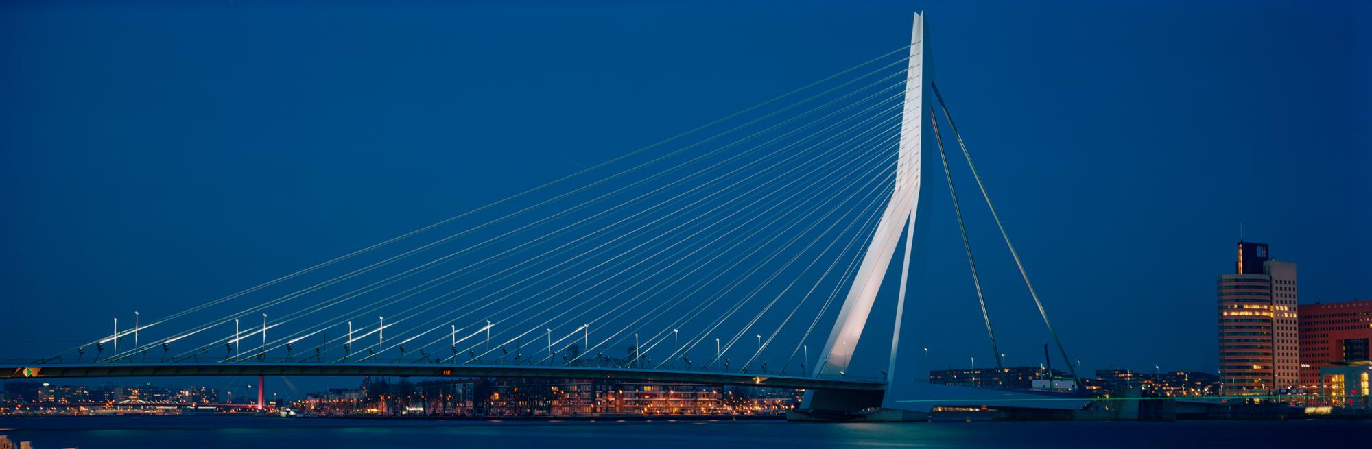 Der Architekturfotograf und Fotokünstler Markus Bollen aus Bergisch Gladbach bei Köln hat die Brücke über Nieuwe Maas der Architekten Van Merkel & Bos fotografiert.
