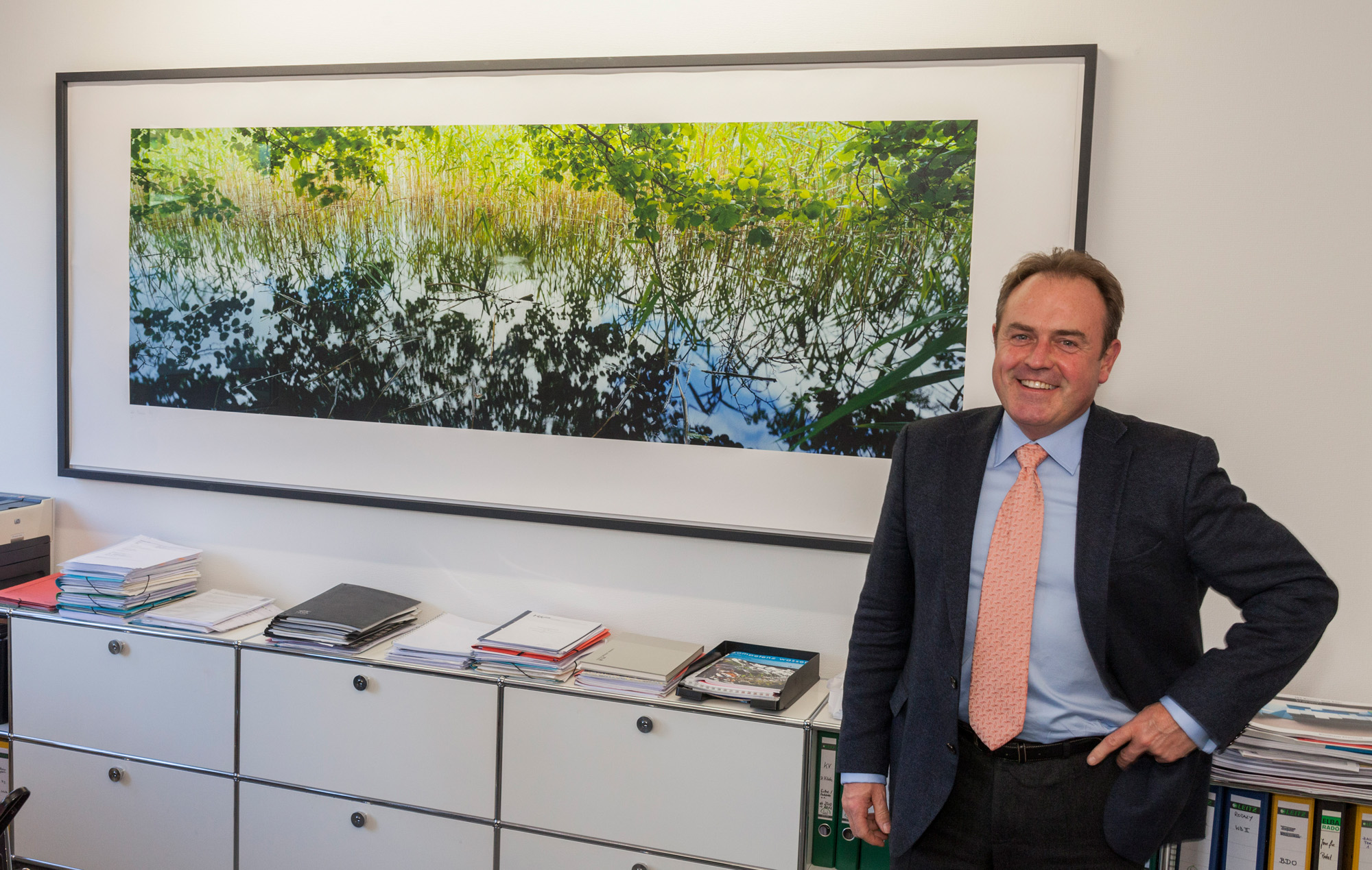 "Friedrich Wassermann GmbH, Anton Bausinger davanti alla foto ""Sponda"""