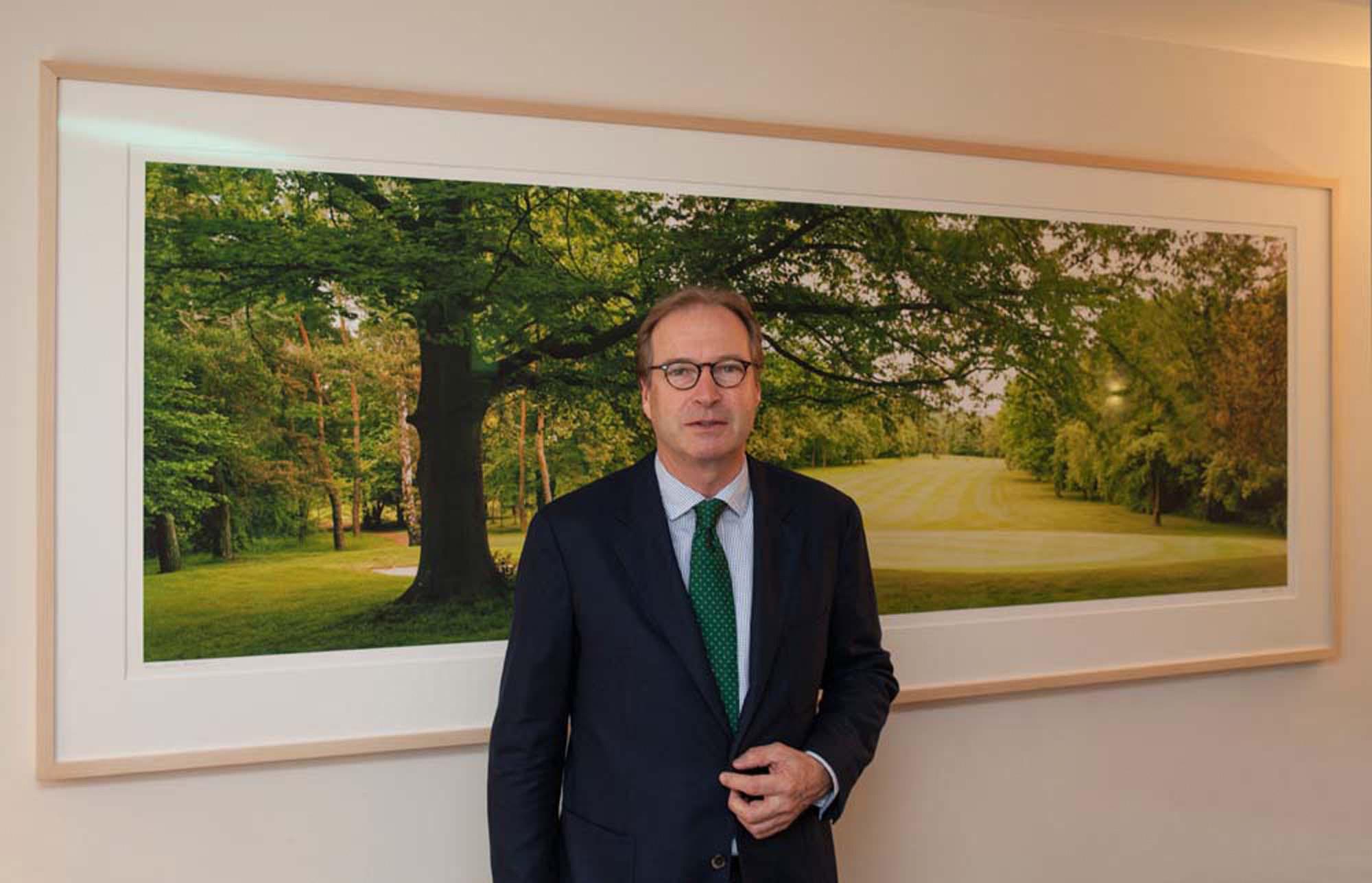 """Marienburger Golfclub, Köln, Paul Bauwens-Adenauer vor dem Bild """"Fairway"""""""